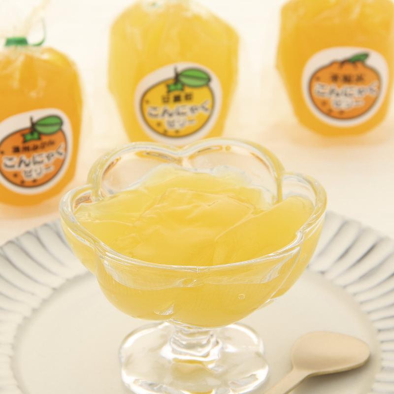 ぷるぷるヘルシーこんにゃくゼリー!柑橘類の果汁を絞って作りました。